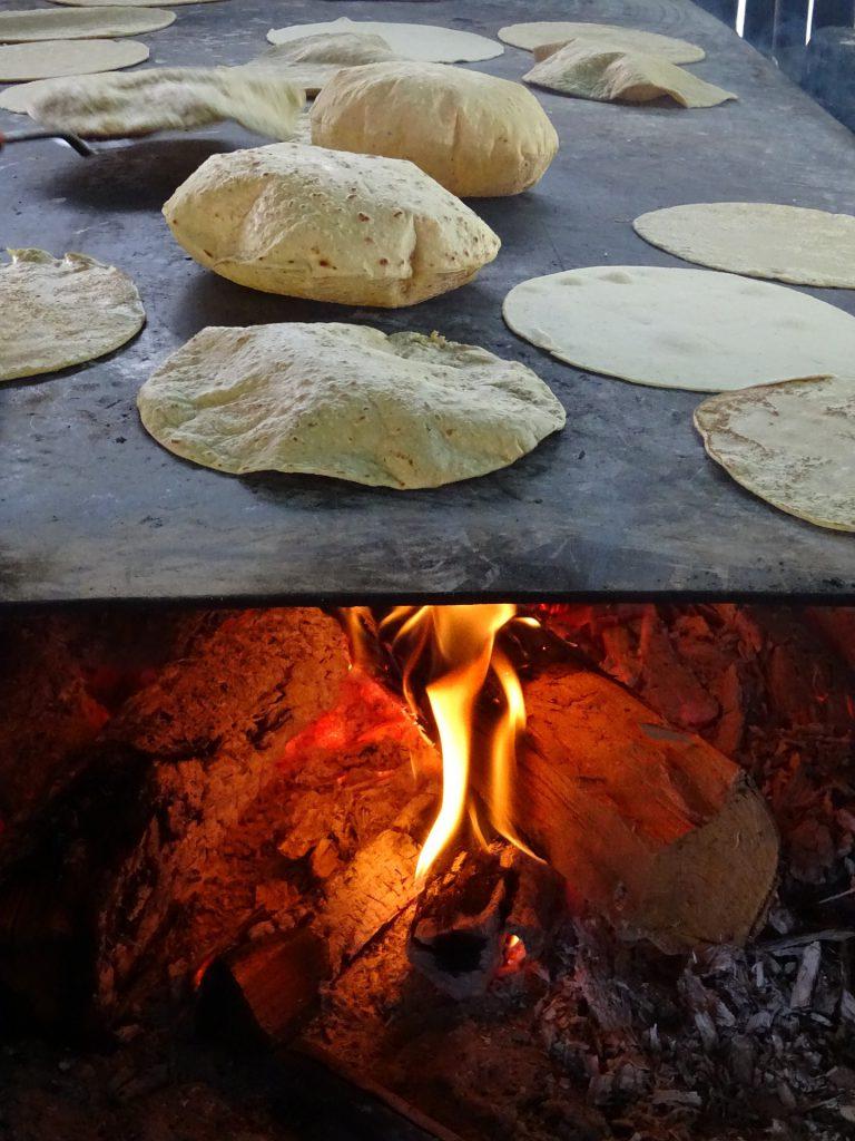 corn tortilla mais auf feuerstelle
